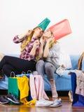 Deux amis féminins heureux après l'achat Photos libres de droits