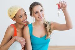 Deux amis féminins heureux avec des clés de maison Photos stock
