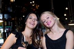 Deux amis féminins heureux grillant avec le champagne Images libres de droits