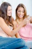 Deux amis féminins lisant le message textuel Images libres de droits