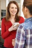 Deux amis féminins mûrs parlant dans la cuisine ensemble Image libre de droits