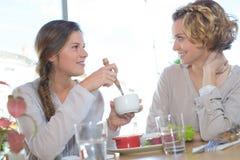 Deux amis féminins mangeant ensemble dans le restaurant Image libre de droits
