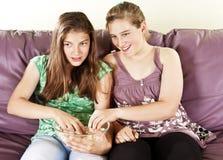 Deux amis féminins observant le televison Photos libres de droits