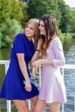 Deux amis féminins observant quelqu'un Images stock