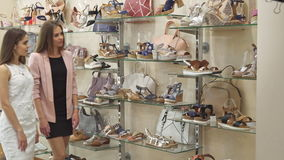 Deux amis féminins ont des achats de chaussure banque de vidéos