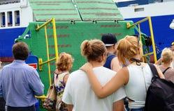 Deux amis féminins parlant à un ferry-boat transportant des passagers Photos libres de droits