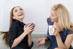 Deux amis féminins parlant et riant ensemble Photo stock