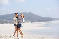Deux amis féminins riant de la plage Photo stock
