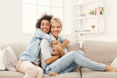 Deux amis féminins s'embrassant à la maison Photographie stock