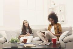 Deux amis féminins se préparant à l'examen à la maison Photo libre de droits