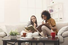 Deux amis féminins se préparant à l'examen à la maison Images libres de droits