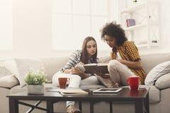Deux amis féminins se préparant à l'examen à la maison Image stock