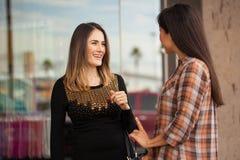 Deux amis féminins se réunissant à un centre commercial Images libres de droits