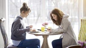 Deux amis féminins se réunissant dans un café Images libres de droits