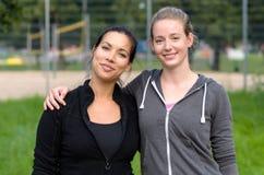 Deux amis féminins se tenant ensemble Images stock