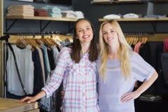 Deux amis féminins se tenant ensemble et souriant à l'appareil-photo Image libre de droits