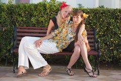 Deux amis féminins sur le banc Photos libres de droits