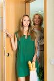 Deux amis féminins venant à la maison après l'achat Images stock