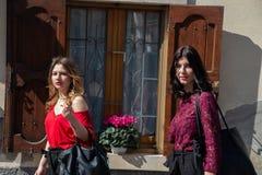 Deux amis f?minins marchent le long de la rue photo libre de droits