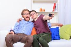 Deux amis faisant le selfie sur le sofa Photos stock