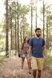 Deux amis flânant dans une forêt Images stock