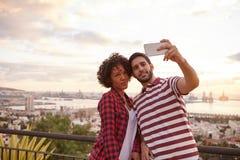 Deux amis frais prenant un selfie Photographie stock libre de droits