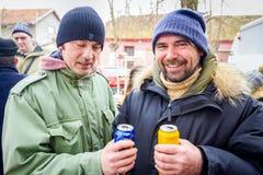 Deux amis gais grillant avec de la bière, extérieure Images stock