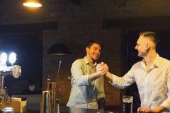 Deux amis gais se rencontrent dans le bar de bière Photos stock
