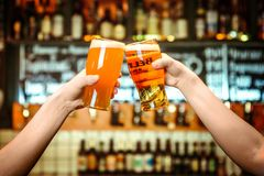 Deux amis grillant avec des verres de bière blonde au bar Beau fond du grain fin d'Oktoberfest Photographie stock