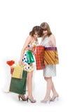 Deux amis heureux avec des achats. Photo stock
