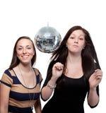 Deux amis heureux avec la bille de disco Image stock