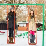 Deux amis heureux balançant sur une oscillation Photos libres de droits