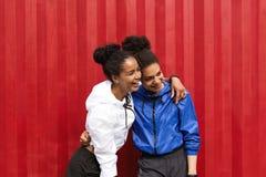 Deux amis heureux dans les vêtements de sport Images stock