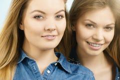 Deux amis heureux de femmes ayant l'amusement Image stock