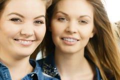 Deux amis heureux de femmes ayant l'amusement Photographie stock
