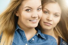 Deux amis heureux de femmes ayant l'amusement Photographie stock libre de droits