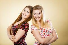 Deux amis heureux de femmes ayant l'amusement Images libres de droits