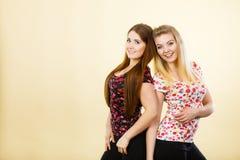 Deux amis heureux de femmes ayant l'amusement Photo libre de droits