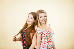 Deux amis heureux de femmes ayant l'amusement Image libre de droits