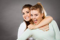 Deux amis heureux de femmes ayant l'amusement Photos stock