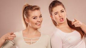 Deux amis heureux de femmes motivant Image libre de droits