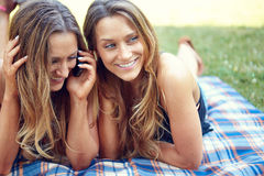 Deux amis heureux de femmes partageant le media social dans a Photo stock
