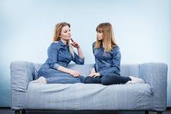 Deux amis heureux de femmes portant parler d'équipement de jeans Photos libres de droits