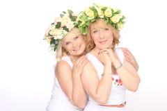 Deux amis heureux de femmes riant et étreignant les dents blanches parfaites Photos stock