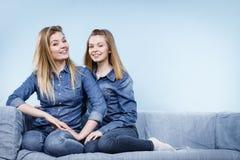 Deux amis heureux de femmes utilisant l'équipement de jeans Photo libre de droits