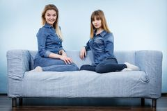 Deux amis heureux de femmes utilisant l'équipement de jeans Image stock