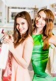 Deux amis heureux faisant des emplettes dans le mail Photographie stock