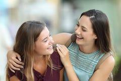 Deux amis heureux plaisantant sur la rue Images libres de droits