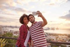 Deux amis heureux prenant un selfie Image libre de droits