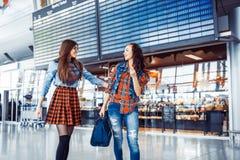 Deux amis heureux rencontrés à l'aéroport Traitement et retouchi d'art Photo libre de droits